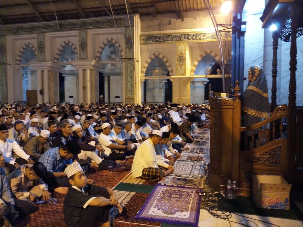 Rektor Universitas Islam Makassar Majdah M Zain memberikan ceramah tarwih malam ke-11 Ramadan di Masjid Raya Makassar, Sabtu (26/05/2018).