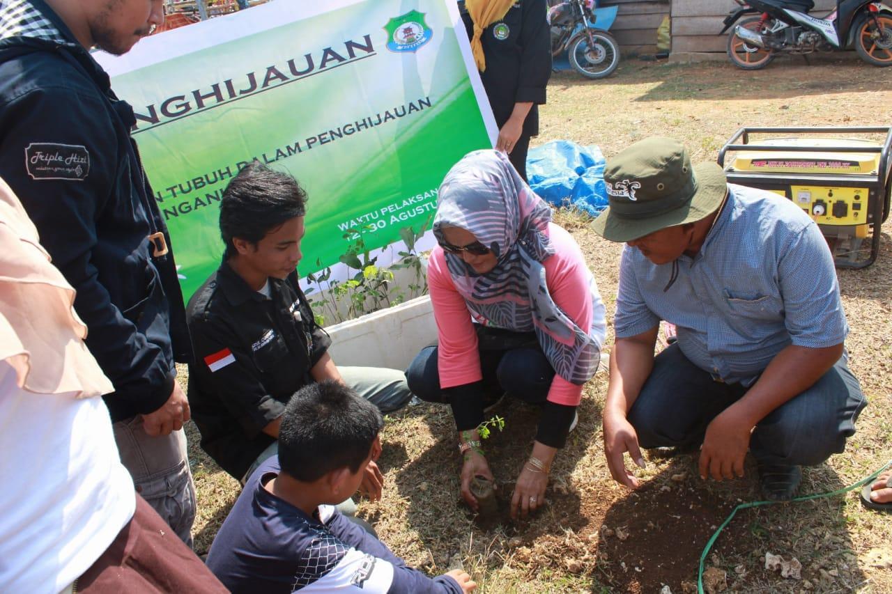 Tanam Pohon : Janaria, Kadis Pariwisata Bombana, bersama IMPIB Makassar melakukan penanaman pohon di pinggir jalur jalan raya- pulau Kondo, Minggu (26/08/2018).